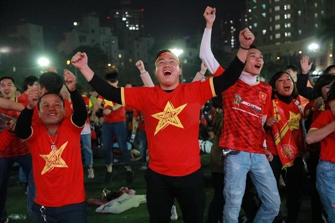 Phút 69, khi tỷ số được nâng lên 4-0 cho U22 Việt Nam sau pha đá phản lưới của đối thủ, các CĐV lại có dịp ăn mừng bàn thắng. Họ khoác vai nhau nhảy múa trong niềm vui sướng tột độ. Ảnh: Nguyễn Ngoan