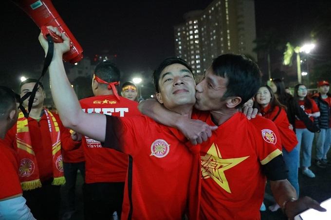 Hai CĐV ôm nhau mừng chiến thắng. Ảnh: Nguyễn Ngoan