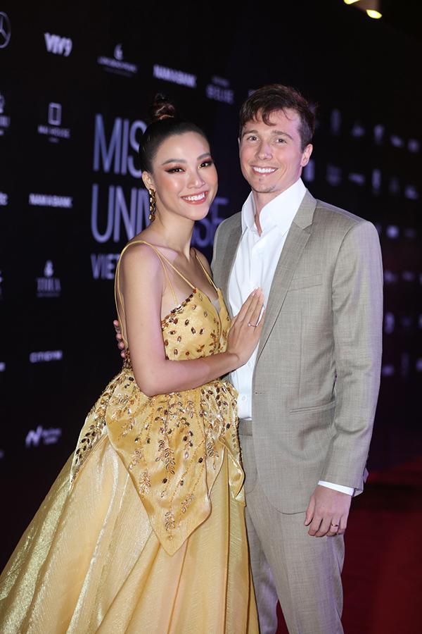 Cặp đôi quấn quýt không rời, thoải mái thể hiện những cử chỉ tình tứ trước ống kính truyền thông. Hoàng Oanh và ông xãJack Colecó mặt ở Nha Trang từ hôm 4/12.