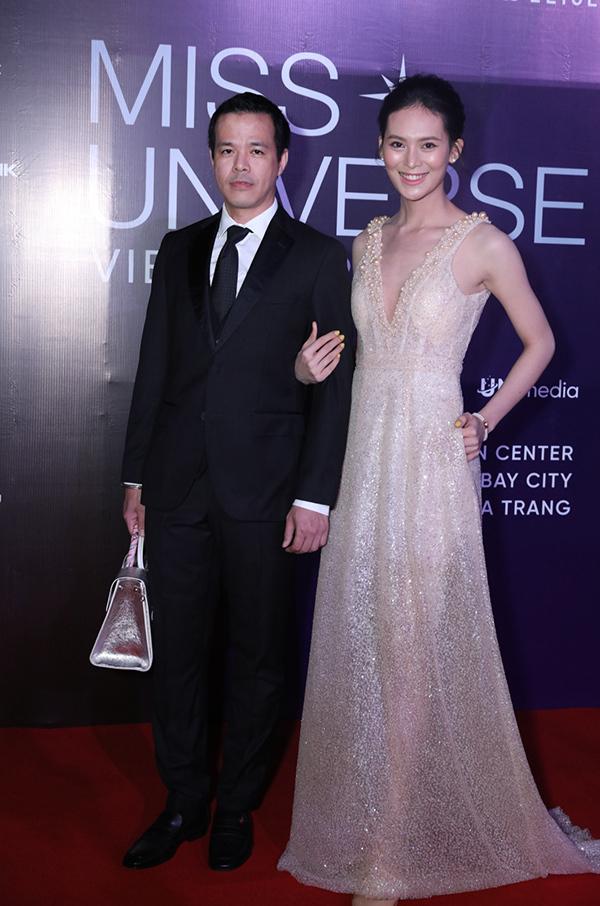 Chồng đại gia giúp người đẹp Sang Lê cầm túi khi sánh đôi.