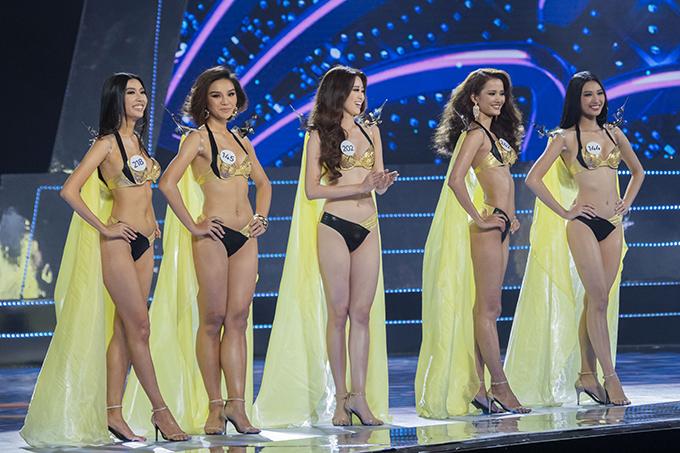 Các thí sinh trong khoảnh khắc công bố top 10.