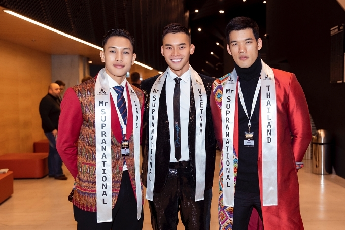 Song song Hoa hậu Siêu quốc gia là cuộc thi Nam vương Siêu quốc gia. Đại diện Việt Nam - siêu mẫu Nguyễn Mạnh Khang (giữa) cũng có mặt ở sân khấu cổ vũ Ngọc Châu.