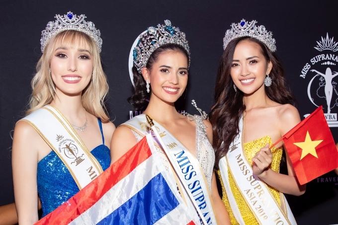 Ngọc Châu (phải) nhận thêm danh hiệu Hoa hậu Siêu quốc gia châu Á. Cô cũng chúc mừng chiến thắng của tân hoa hậu Anntonia Porsild - người Thái Lan (giữa).