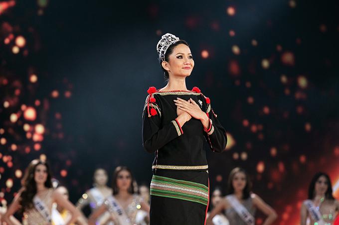 HHen Niê mặc trang phục dân tộc, sải bước cuối cùng trên cương vị đương kim hoa hậu.