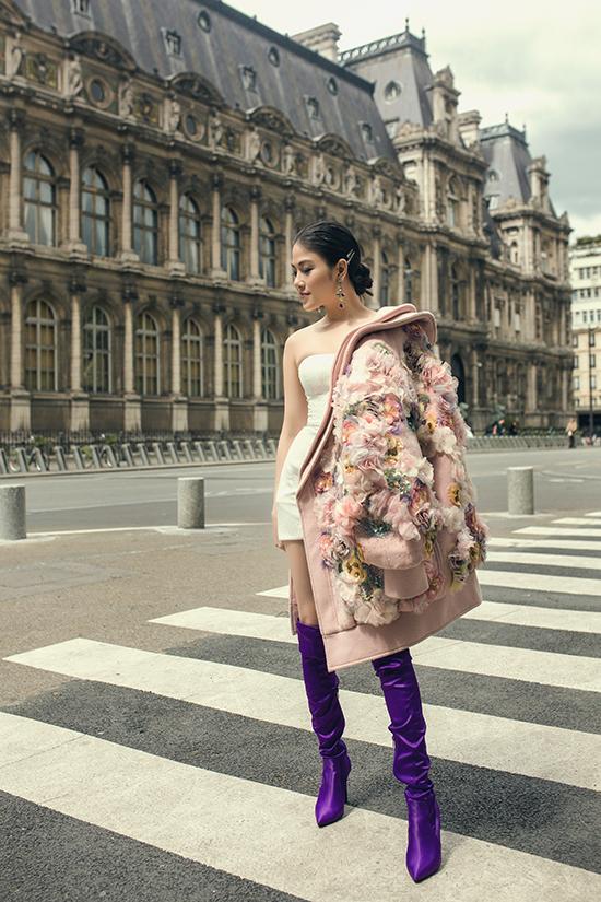 Áo choàng đính kết hàng trăm cánh hoa 3D được mix cùng váy ôm body, bốt cao cổ tông tím hot trend.