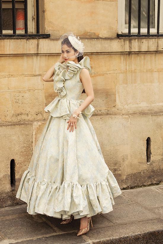 Mũ công nương được sử dụng cùng váy cổ điển xếp bèo nhún điệu đà để giúp Tuyết Nga thể hiện vẻ đẹp của phong cách quý tộc.