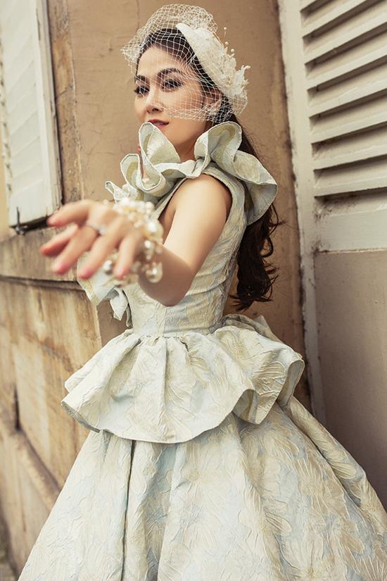 Phối cùng mẫu váy peplum trên chất liệu vải gấm bắt mắt là phụ kiện hoa tai, vòng tay bằng ngọc trai.