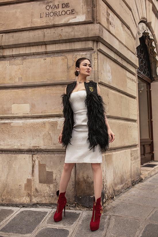 Áo khoác lông vũ mềm mại, bốt đỏ mang đặc trưng phong cách giáng sinh cũng được mix-match ấn tượng cho set đồ thu đông của Tuyết Nga.