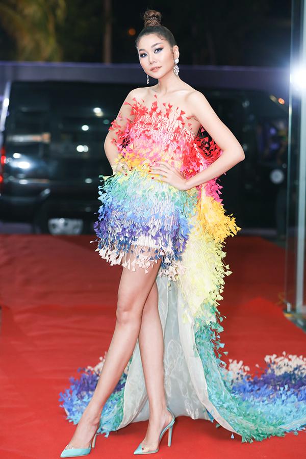 Siêu mẫu Thanh Hằng xuất hiện nổi bật tại thảm đỏ với thiết kế đính hoạ tiết 3D của nhà thiết kế Công Trí.