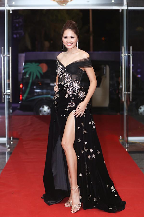 Hoa hậu Hương Giang trung thành với phong cách nữ tính, thanh lịch với váy thướt tha. Đây là lần thứ ba cô ngồi ghế giám khảo của Hoa hậu Hoàn vũ Việt Nam.