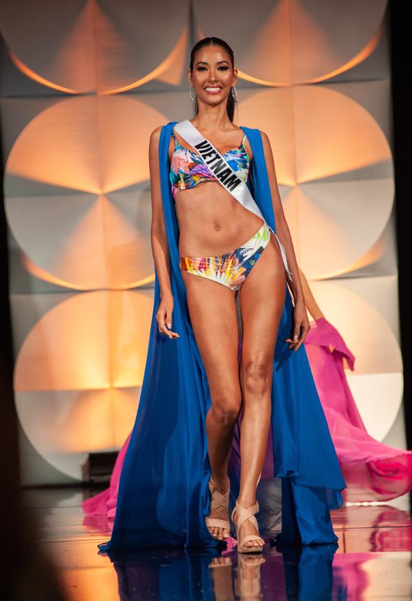 Hoàng Thùy trình diễn với bikini họa tiết nhiệt đới. Cô bước ra cuối cùng, sau các đại diện nóng bỏng đến từ châu Mỹ nhưng không hề bị lấn lướt bởi cô cũng sở hữu thân hình lý tưởng. Người đẹp Việt Nam cao 1,77 m, số đo 3 vòng 84-60-96.