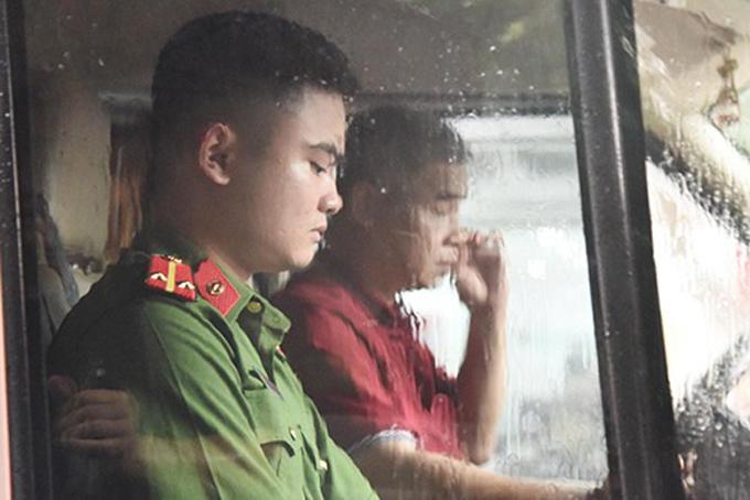 [Ông Doãn Quý Phiến mặc áo đỏ, lái xe thực nghiệm hiện trường. Ảnh: Phạm Dự