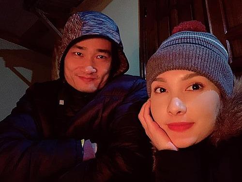 Dù đang lạnh cóng ở Hà Giang, diễn viên Bảo Thanh cùng chồng cũng không thể rời khỏi màn hình tivi để theo dõi trận đấu.