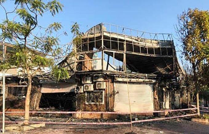 Hiện trường vụ cháy nhà hàng trên đường Lạc Long Quân, Hà Nội, sáng 7/12.. Ảnh: Gia Chính.