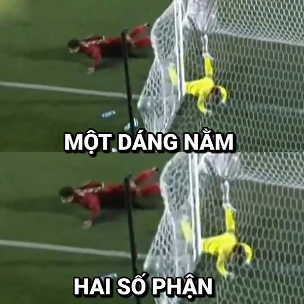 Đức Chinhtiếp tục ghi bàn trong những phút bù giờ của hiệp một. Màn tiếp đất của anh được so sánh với thủ môn của đối thủ vì một dáng nằm nhưng hai số phận.