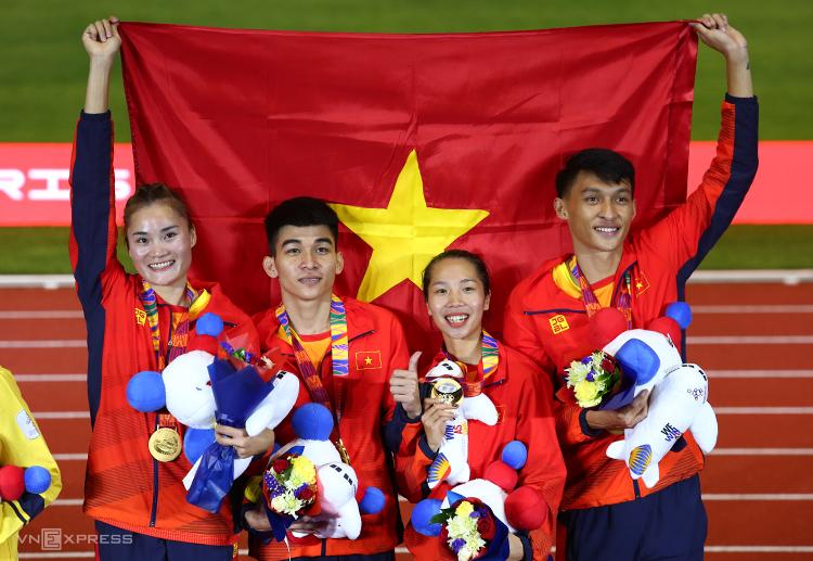 [Đội tiếp sức nam nữ Việt Nam trên bục nhận HC vàng. Ảnh: Phạm Đương.