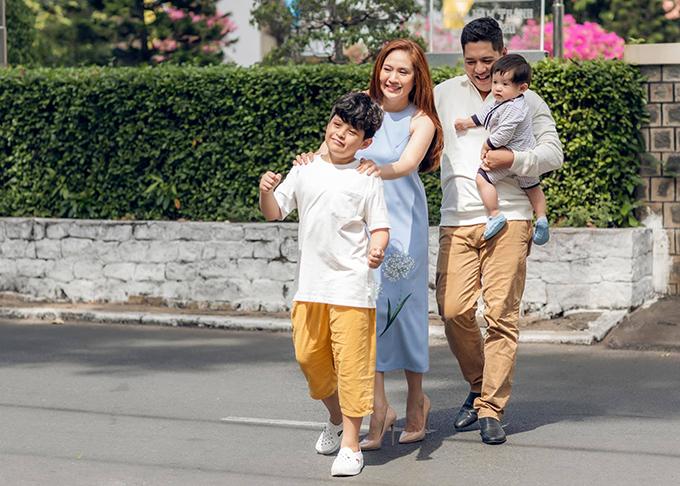Vợ chồng Thanh Thúy - Đức Thịnh và hai con làm chuyến xe tình yêu trong bức ảnh mới đăng tải.