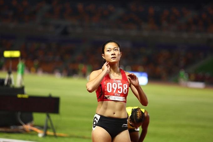 Vẻ mặt thất vọng của VĐV điền kinh Lê Tú Chinh. Cô chỉ về thứ hai, nhận HC bạc nội dung 200 mét nữ - đây là nội dung mà cô từng thắng áp đảo ở kỳ SEA Games 2017 trên đất Malaysia.