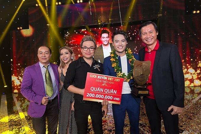 Võ Tấn Phát nhận giải quán quân Cười Xuyên Việt 2017 bên người anh, người thầy của mình - MC Đại Nghĩa.