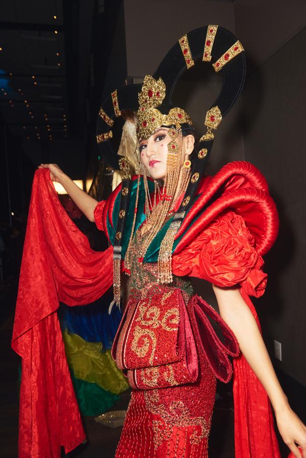 Người đẹp Mông Cổ ấn tượng với mũ miện và váy đỏ xếp tầng.