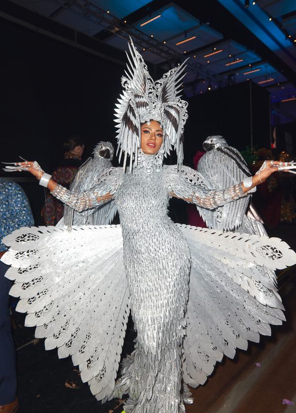 Trang phục dân tộc của hoa hậuPhilippines lấy cảm hứng từ chim đại bàng - quốc điểu của Philippines.