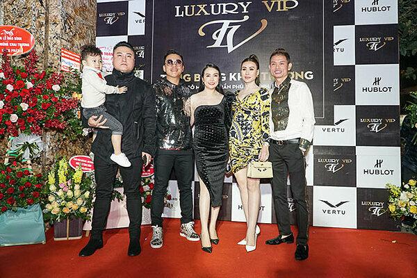 Tuấn Hưng và bà xã chụp ảnh cùng các khách mời tại sự kiện.