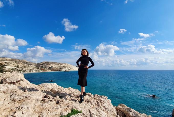 Ngọc Phương tạo dáng trên những mỏm đá của bờ biển Cyprus quyến rũ. Nơi đâynổi tiếng với truyền thuyết nơi Nữ thần tình yêu được sinh ra.