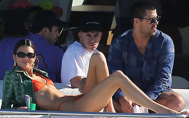 Kendall đang là một trong những nàng mẫu có đôi chân đẹp nhất thế giới. Mỹ nhân 9x cũng có vòng eo nhỏ và săn chắc. Cô từng nhiều năm trình diễn cho show nội y của Victorias Secret.