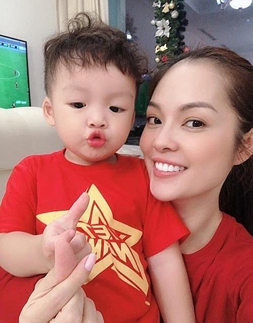 Dương Cẩm Lynh và con trai theo dõi trận đấu và xuống phố để ăn mừng chiến thắng.