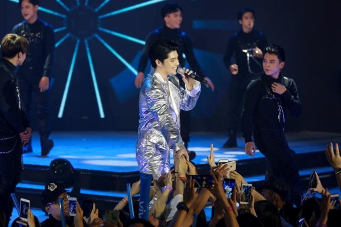 Không chỉ giao lưu với fan trong lúc biểu diễn, Noo còn chơi trò chơi cùng các bạn trẻ đến xem chương trình.