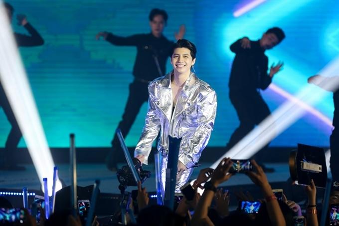 Trong đêm nhạc, Noo hát và nhảy cực sung liền nhiều bài hát tủ của mình: Cause I Love You, Dont Believe In You... và đặc biệt là bản hit mới nhấtIm Still Loving You