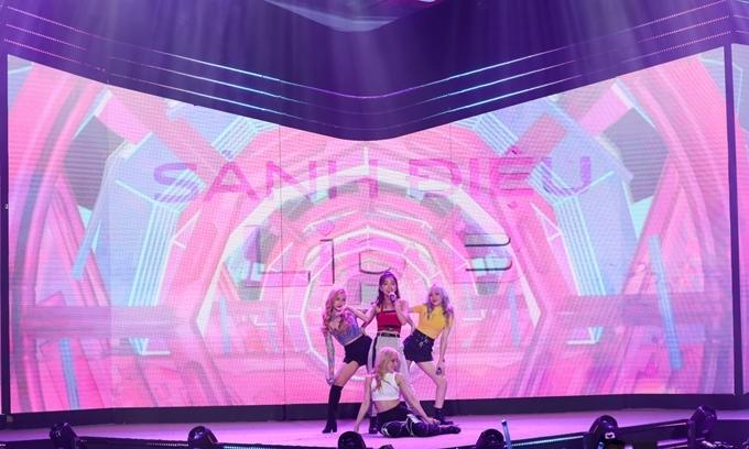 Bốn cô gái trẻ mang đến ba ca khúc nhạc dance sôi động.