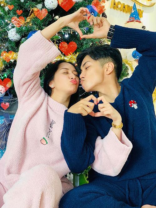 Đăng ảnh tình tứ bên vợ Khánh Thi, Phan Hiển nói: Anh yêu em nhiều như quãng đường đến cung trăng và ngược lại.