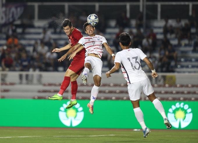 Tiến Linh đánh đầu đẹp mắt ghi bàn, nhưng cuối hiệp một gặp chấn thương rời sân. Ảnh: Đức Đồng