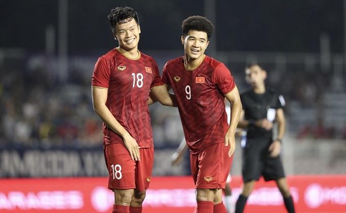 Niềm vui của Đức Chinh và Thành Chung khi có bàn thắng thứ ba. Ảnh: Đức Đồng.
