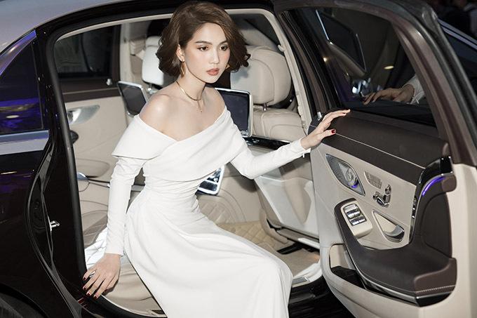 Ngọc Trinh ngồi xe sang đi sự kiện.