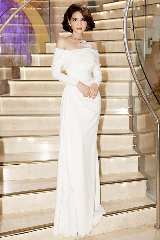 Mỹ nhân quê Trà Vinh khoe vai trần gợi cảm với váy trắng thướt tha.