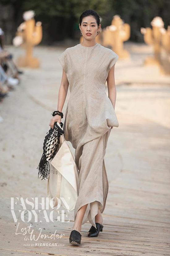 Cùng với dàn mẫu nổi tiếng của làng mốt Việt, Khánh Vân luôn được mời tham gia các show diễn hoành tráng của các nhà mốt tên tuổi như Chung Thanh Phong, Lâm Gia Khang, Fashion Voyage...