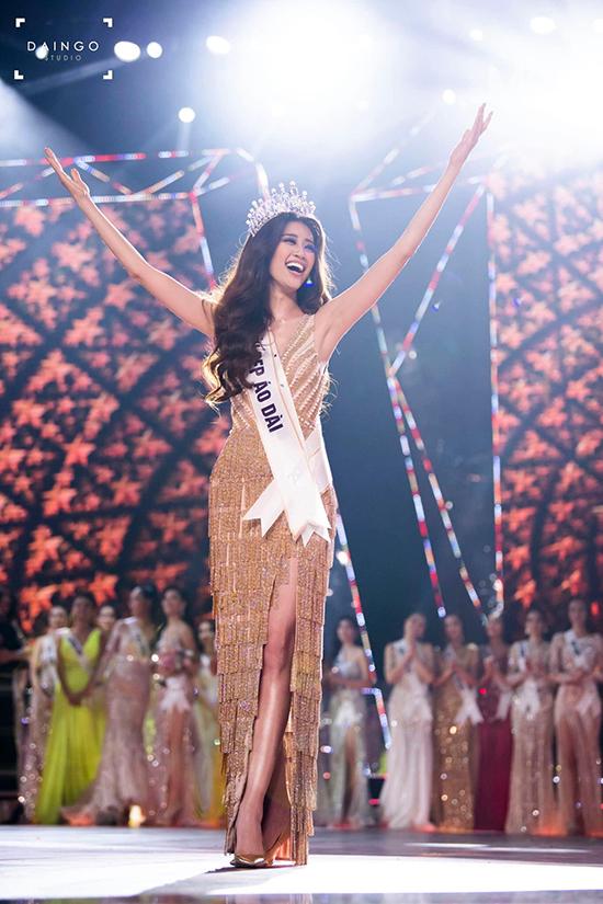 Váy dạ hội xẻ cao, được đính cườm lấp lánh giúp Khánh Vân khoe hình thể gợi cảm và toả sáng trong giây phút đăng quang.