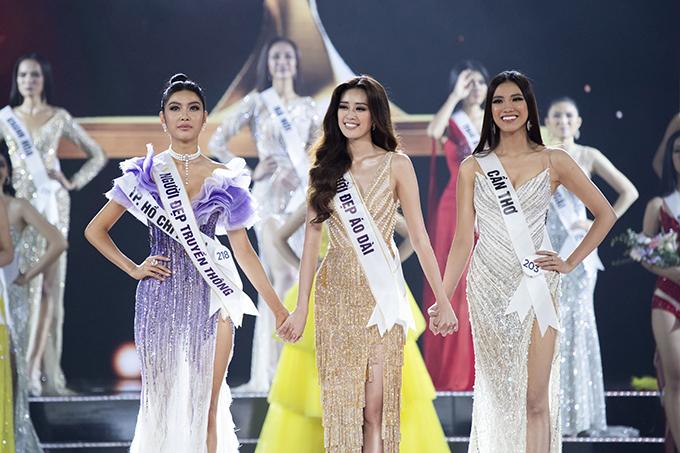 Nguyễn Trần Khánh Vân bên top 3 bao gồm Thuý Vân và Kim Duyên trong khoảnh khắc chờ công bố danh hiệu. Lúc nào cô cũng nở nụ cười rạng rỡ.
