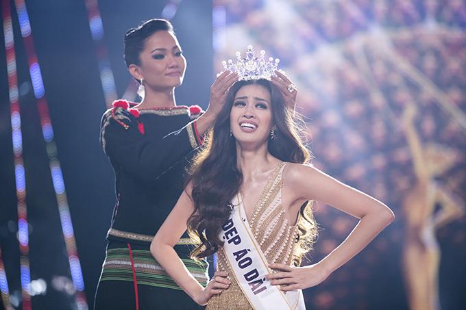 Sau đó, Nguyễn Trần Khánh Vân nhận chiếc vương miện Brave heart từ Hoa hậu Hoàn vũ Việt Nam 2017 HHen Niê.