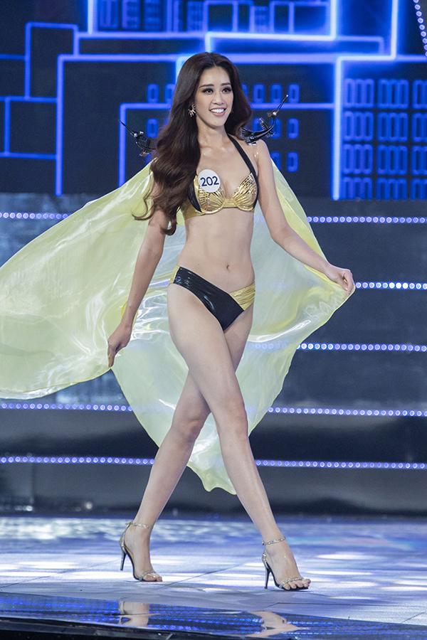 Ở phần thi bikini, Nguyễn Trần Khánh Vân phô diễn số đo ba vòng 83-60-90 và 175 cm. Người đẹp biết tạo điểm nhấn khi mặc đồng phục bằng cách đeo khuyên tai to bản ton sur ton với bộ bikini ánh vàng.