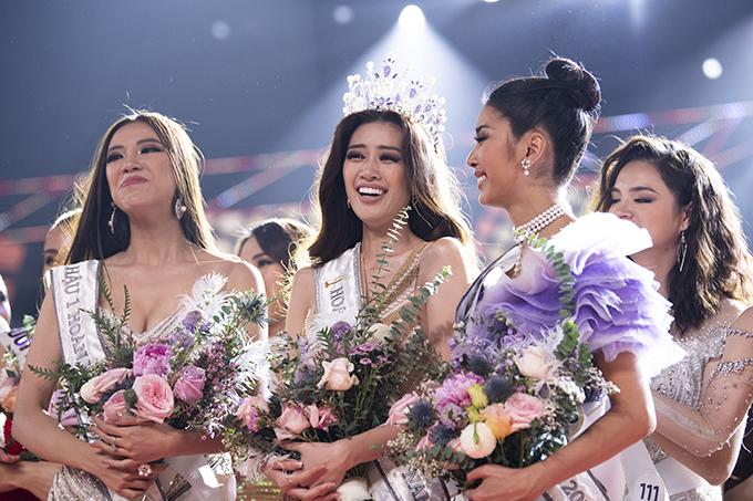 Tân hoa hậu khoe sắc bên hai á hậu Kim Duyên và Thuý Vân.