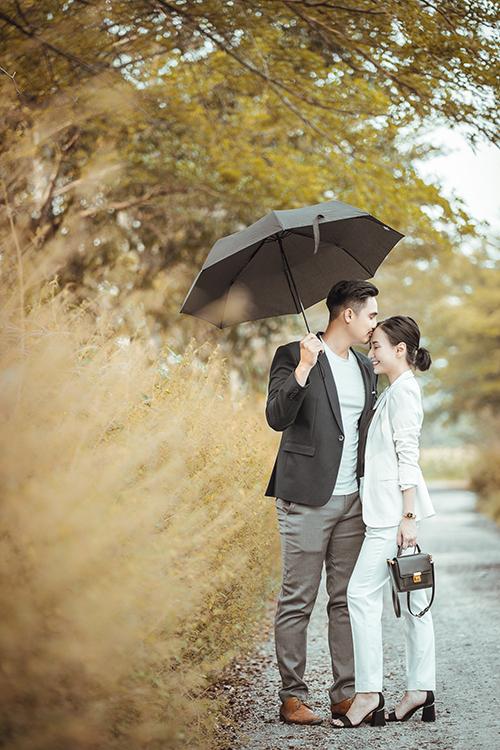 Chỉ bằng những hành động giản đơn như hôn lên trán, nắm tay... cũng đủ để thể hiện tình yêu giữa cặp vợ chồng Baggio - Quỳnh Trâm.