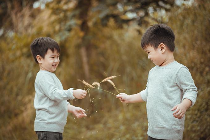 Cả hai bé Ben và Liam có thể tự tạo dáng, hòa mình vào thiên nhiên để nhiếp ảnh gia bấm máy.