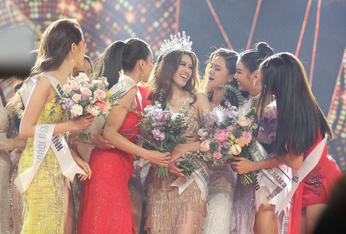 Tân hoa hậu được các người đẹp khác trong cuộc thi chúc mừng.