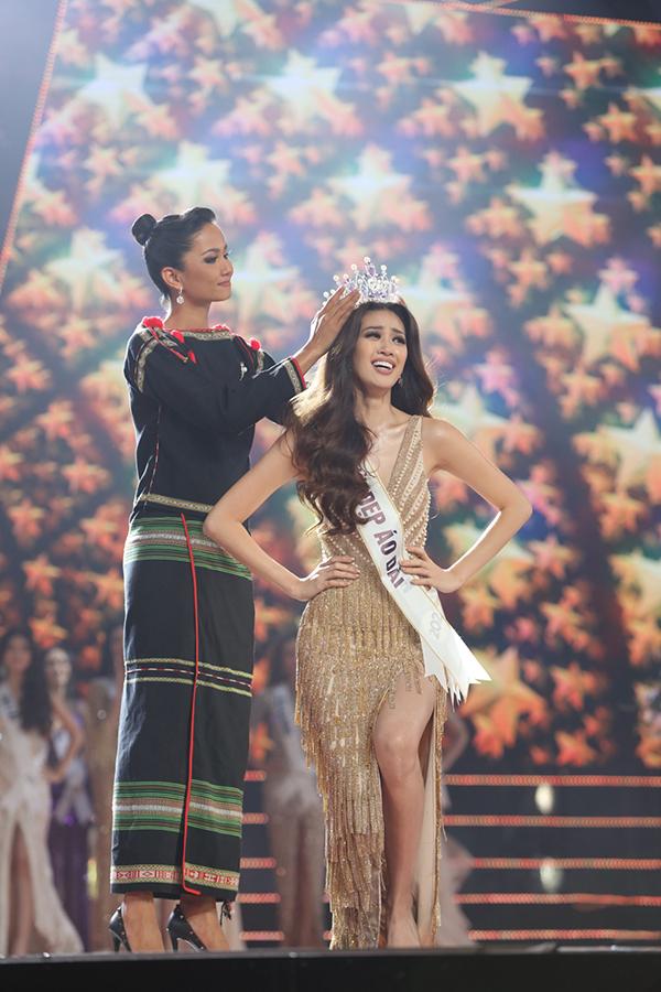 Khi khom người nhận vương miện từ Hoa hậu Hoàn vũ Việt Nam 2017 HHen Niê, Khánh Vân càng trở nên xúc động hơn.