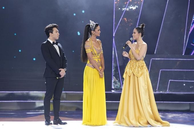 MC Hoàng Oanh (phải) và Trấn Thành (trái) trò chuyện với Hoa hậu HHen Niê.