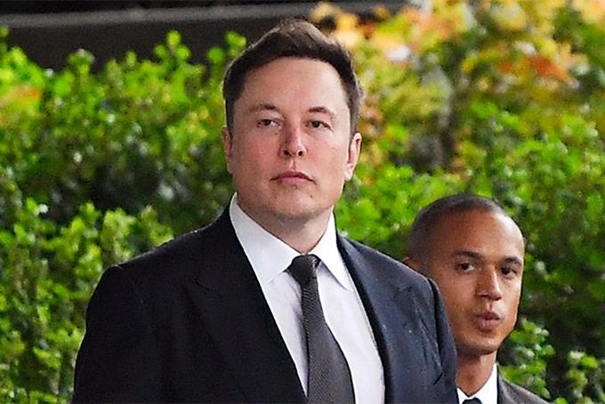 Tỷ phú Elon Musk đến tòa hôm 6/12. Ảnh: Spiegel.