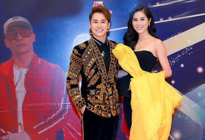 Á hậu Hoàng Hạnh tới chúc mừng Chu Bin được đầu tư số tiền lớn để phát triển sự nghiệp ca hát.
